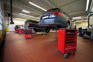 Pkw-Service in einer Werkstatt des Autohauses König & Partner